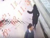 شاهد.. امرأة صينية تسقط فى حفرة عميقة عقب انهيار أرضى