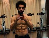 محمد صلاح يستعرض عضلاته فى الجيم