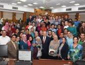 رئيس جامعة القاهرة يتفقد كلية الطب ويفاجئ الطلاب بتواجده داخل المدرجات.. صور