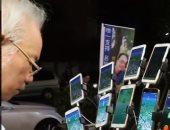 """عجوز تايوانى يحمل 15 هاتفا بشواحنهم والسبب لعبة """"بوكيمون"""".. فيديو وصور"""