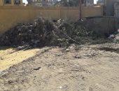 قارئ يشكو تراكم القمامة بجوار مدرسة العروبة فى أسوان