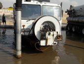 الدفع بـ17 سيارة لسحب المياه أسفل كوبرى المشير بعد كسر خط رئيسى