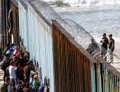 صور.. وصول 300 مهاجر إلى حدود أمريكا مع المكسيك وواشنطن تدفع بمزيد من الجنود