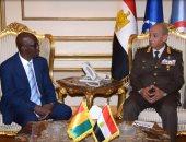وزير الدفاع يلتقى وزير الدولة لشئون الرئاسة ووزير الدفاع الوطنى لجمهورية غينيا