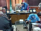 رئيس مدينة الحسينية بالشرقية يسلم بائعا متجولا بضاعته المصادرة