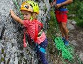 الأم مدرسة.. متسلقة جبال تعلم أطفالها التسلق وتوثق مغامراتهم.. فيديو وصور