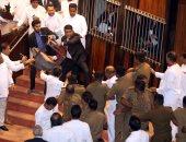 الفوضى تعم برلمان سريلانكا مع تطاير عبوات المياه والكتب فى القاعة لليوم الثانى