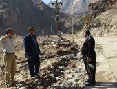 صور.. رئيس مدينة أبو رديس يتفقد أعمال إزالة آثار السيول بوادى فيران