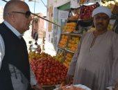 محافظ الوادى الجديد يتفقد سوق البساتين القديم ويوجه بإعلان أسعار المعروضات