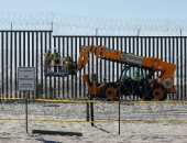 صور.. الولايات المتحدة تواصل بناء جدار مع المكسيك لمنع قافلة المهاجرين