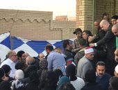 فيديو.. شقيق ساطع النعمانى ينهار باكيا عقب دفن جثمان الشهيد بمقابر العائلة