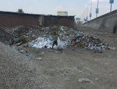 صور.. إغلاق شارع بجوار كوبرى قليوب لتجميع القمامة.. والسكان يستغيثون