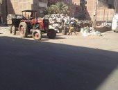 """""""كل ما هو ملوث للبيئة""""..""""نباشين"""" و""""فريزة"""" القمامة يحتلون طريق قرية الغار بالزقايق"""