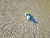 الأمطار قادرة على كل شيء.. قوارب تسبح فى صحراء الدهناء بالسعودية (صور)