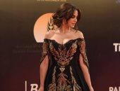 خبيرة أزياء تقيم فساتين الفنانات فى مهرجان القاهرة السينمائى