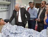 """صور.. محافظ بورسعيد يزور مصابى حادث """"أتوبيس العمال"""" بالمستشفى العام"""