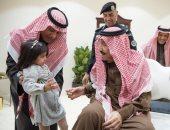 فى لفتة طيبة.. شاهد العاهل السعودى يستقبل طفلة بعد بكائها لمقابلته
