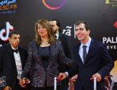 صور.. غادة والى تصطحب اثنين من ذوى الإعاقة على سجادة مهرجان القاهرة السينمائى
