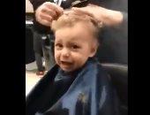 """الزباين رقصوله.. طفل يبكى خلال """"قص شعره"""" لأول مرة .. شوف سكت إزاى"""