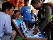 أه لو لعبت يا زهر.. التايلانديون يلتفون حول شجرة الحظ أملا فى اليانصيب