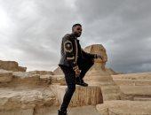 النجم العالمى جيسون ديرولو يزور الأهرامات قبل حفله اليوم ضمن egypt calendar