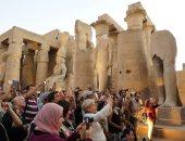 صور.. زيارات من كل الجنسيات.. توافد مئات السياح على معبد الكرنك
