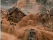 فيديو .. أمطار غزيرة تحول جبال الإمارات إلى شلالات مياه