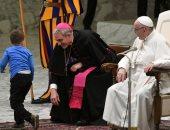 طفل يخطف الأنظار من البابا فرنسيس خلال اجتماعه الأسبوعى