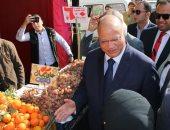 محافظ القاهرة يتفقد أحد منافذ بيع الخضروات والفاكهة بأسعار مخفضة بالمطرية