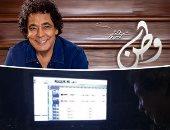 """صور.. الكينج محمد منير داخل الاستديو استعدادا لطرح ألبوم """"وطن"""" خلال أيام"""
