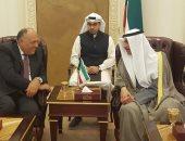 مرزوق الغانم يسلم وزير الخارجية نسخة من دستور الكويت المستمد من نظيره المصرى