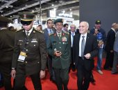 """""""العصار""""  ورئيس أركان الجيش الإماراتى يتفقدان جناح الإنتاج الحربي بـ EDEX2018"""
