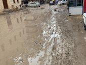 مياه الأمطار تحول شارع الجامع فى الإسكندرية لبرك طينية وتشل حركة المواطنين