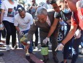 شباب متطوع يقوم بأعمال النظافة بأسوان ضمن فعاليات اليوم العالمى التطوعى