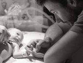 """حقهم مهضوم.. الآباء عند رؤية أطفالهم لأول مرة ما بين الدهشة وذرف الدموع """"صور"""""""