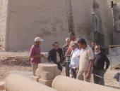 صور.. أمين الأعلى للآثار يتابع إعادة تمثال رمسيس الثانى لواجهة معبد الأقصر