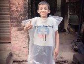 حب محمد صلاح دفء حتى لو كيس بلاستيك .. شاهد عشق طفل للفرعون على طريقته