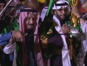 """شاهد.. ملكا السعودية والبحرين يؤديان رقصة """"العرضة"""" فى افتتاح حى الطريف"""