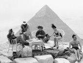 فيديو.. قصة صورة لحفلة شاى على سطح الأهرامات من 80 سنة