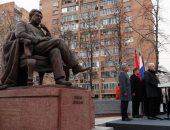 شاهد.. روسيا تكرم كتابها.. موسكو تزيح الستار عن تمثال جنكيز أيتماتوف