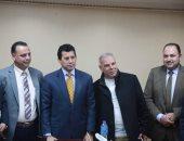 وزير الرياضة يستقبل والد محمد صلاح