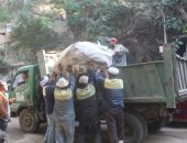 رفع مخلفات متراكمة بشوارع حى العمرانية خلال حملة نظافة