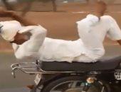 """""""بيسوق من غير ايده"""".. قدرة مذهلة لرجل كبير على قيادة دراجة نارية """"فيديو"""""""
