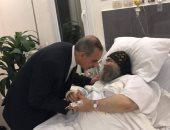 صور.. محافظ أسيوط يطمئن على صحة الأنبا يؤانس بعد إصابته فى حادث