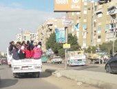 قارئ يشارك بصورة لطلاب مدارس يستقلون سيارة نصف نقل