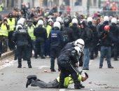 صور.. الشرطة البلجيكية تسحل وتقمع المتظاهرين ضد قانون الهجرة