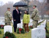 صور.. ترامب يزور مقبرة آرلينجتون العسكرية ويضع إكليلا من الورود