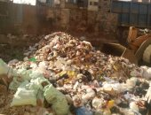 تراكم للقمامة والمخلفات بكميات كبيرة بجانب سور محطة مترو حلمية الزيتون