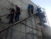 صور.. محافظ الجيزة يتسلق سقالات محطة مياة جزيرة الدهب لمتابعة التنفيذ