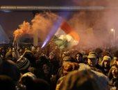 صور.. احتجاجات أمام مبنى الإذاعة والتلفزيون فى المجر ضد قانون العمل الجديد